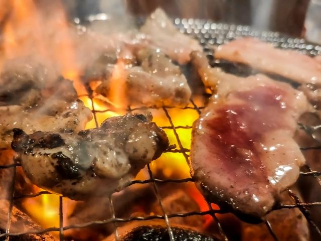 バーベキュー 肉が焼ける様子
