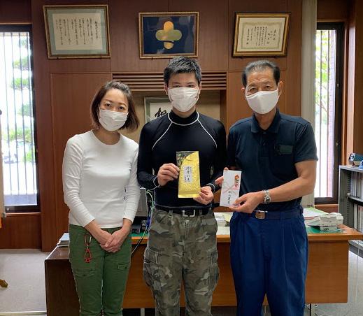 当店のお茶の売上の一部を義援金として、相良村村長に直接お渡ししました。