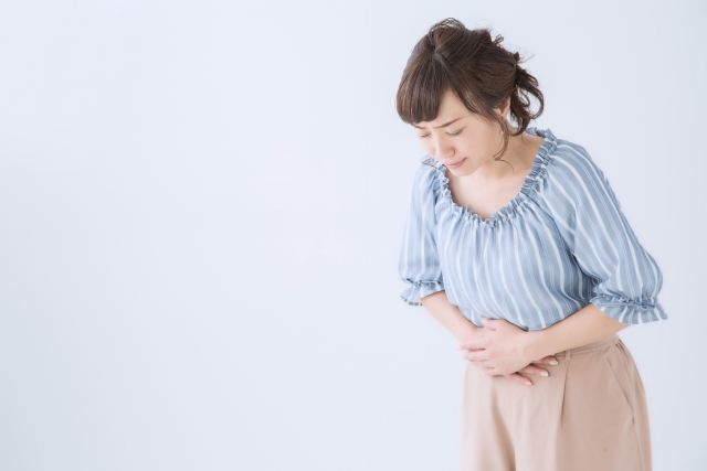 食物繊維不足で、便秘に苦しむ女性