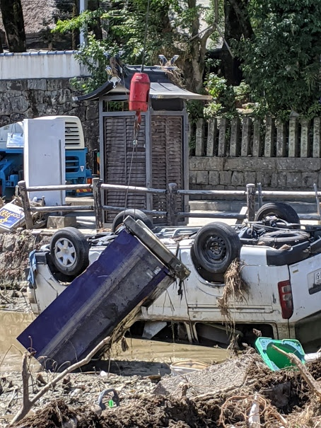 被災した青井阿蘇神社の池から自販機をクレーンで引き上げている様子